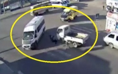 Gjyshja i shpëton mrekullisht një aksidenti trafiku (Video)