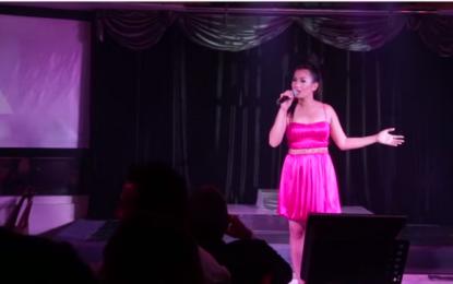 "Filipinasja që habiti publikun me ""Moj e bukura more"" (Video)"