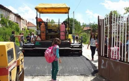 Banorët e Bilaçit i gëzohen asfaltimit të rrugës në drejtim të shkollës