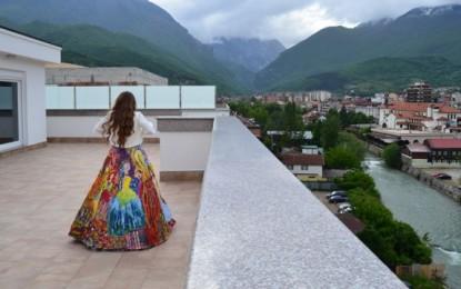 E jashtëzakonshme: Maturantja nga Peja, pikturë në fustanin e saj (Foto)