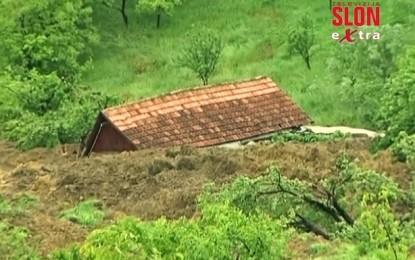 Nga përmbytja dhe rrëshqitja e dheut zhbëhet fshati Paraçi i Bosnjës (VIDEO)