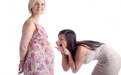 A dëgjon bebja brenda në mitrën e nënës?