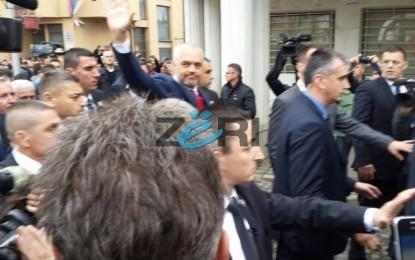 Rama në Preshevë, shqiptarët e presin me flamuj e valle. Xhandarmeria serbe rrethon Luginen