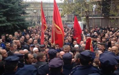 Shpërthen kordoni i policisë, veteranët hyjnë në oborrin e Rektoratit (FOTO)