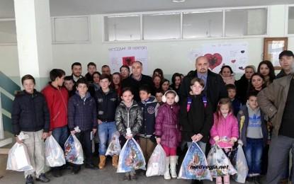 """Sh.h. """"Medvegja"""" nga Zvicëra: 60 pako dhurata për nxënësit shqiptarë të shkollave fillore"""
