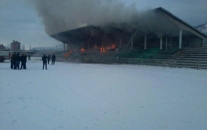 """Stadiumi """"Riza Lushta"""" në Mitrovicë përfshihet nga zjarri"""