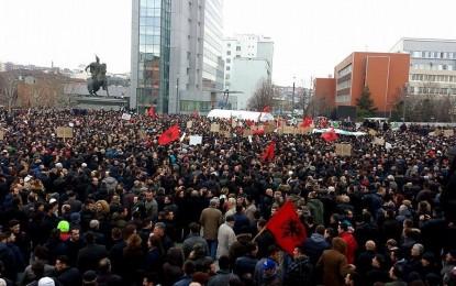 8 deri në 10.000 protestues para ndërtesës së Qeverisë