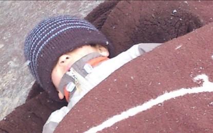 E tmerrshme: Një fëmijë duke fjetur para stacionit të policisë në Pejë, në – 6 gradë (Foto)