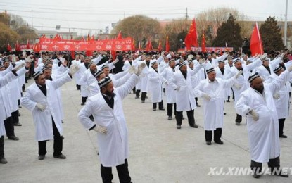 Autoritetet kineze detyrojnë imamët të vallëzojnë në rrugë