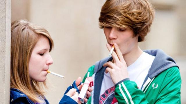 Pse të rinjtë e fillojnë konsumimin e duhanit?