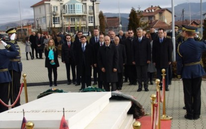 Qeveria bëri homazh te varri i Rugovës