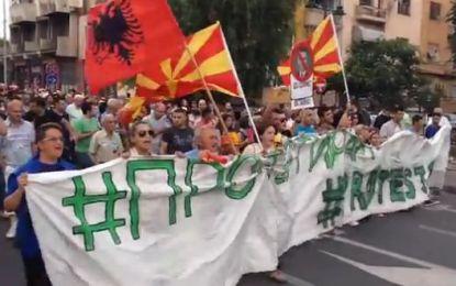 Fillon protesta në Shkup, nuk mungon flamuri shqiptar(Video)
