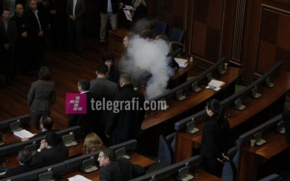 Përsëri gaz lotsjellës në Kuvend, Veseli jep pauzë