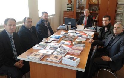 """Mërgimtarët  e Lluçanit  i dhurojnë  libra  shkollës fillore""""Sami Frashëri""""  të fshatit të tyre"""