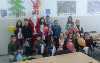 """Restaurant """"Pesë Yjet Exclusive"""" shpërndanë dhurata në shkollën fillore """"Muharrem Kadriu"""" në  Tërnoc. (Foto)"""