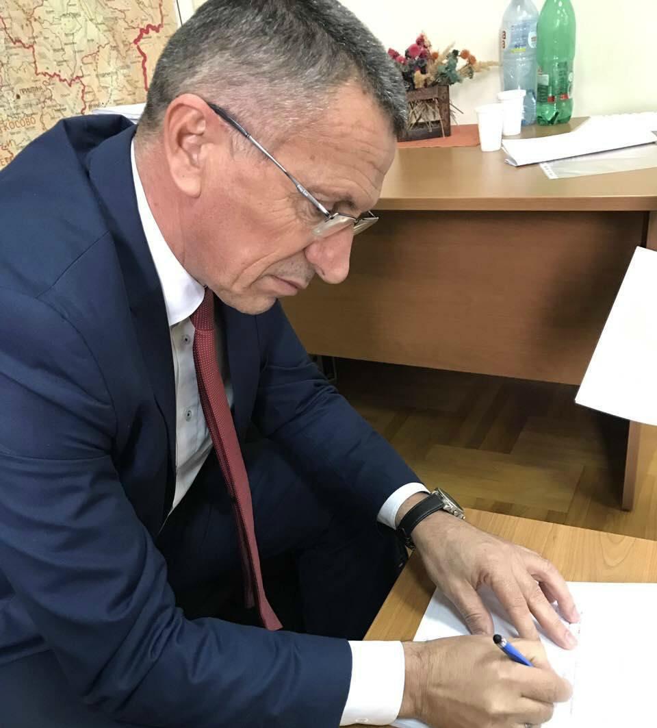 Kryetari Kamberi nënshkruan kontratë me vlerë 9 milionë dinarë