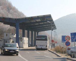 """Dy serb dhe një shqiptar prangosen në pikën kufitare """"Dheu i Bardhë"""""""