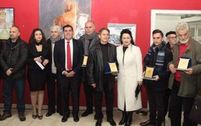 """Xhevdet Dulaj nderohet me  çmimin në pikturë  në  manifestimin  """"Flaka e Janarit 2017"""""""