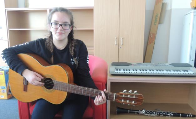 Elza Asani, 14  vjeçarja   nga Tërnoci   talente  mbreslënëse e  klarinetës,  kitarës dhe pianos(video)