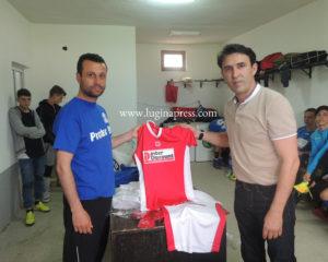 """Agron Rahimi sërish ndanë donacion për Klubin e Futbollit  """"Tërnoci"""""""