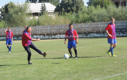 Kryetari Kamberi luan futboll me mërgimtarët dhe vendasit(foto)