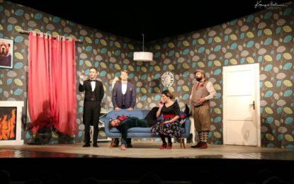 """Nata e katërt e festivalit, me komedinë """"Shfaqja që shkon mbrapsht"""" nga Teatri Shqiptar i Shkupit (video)"""