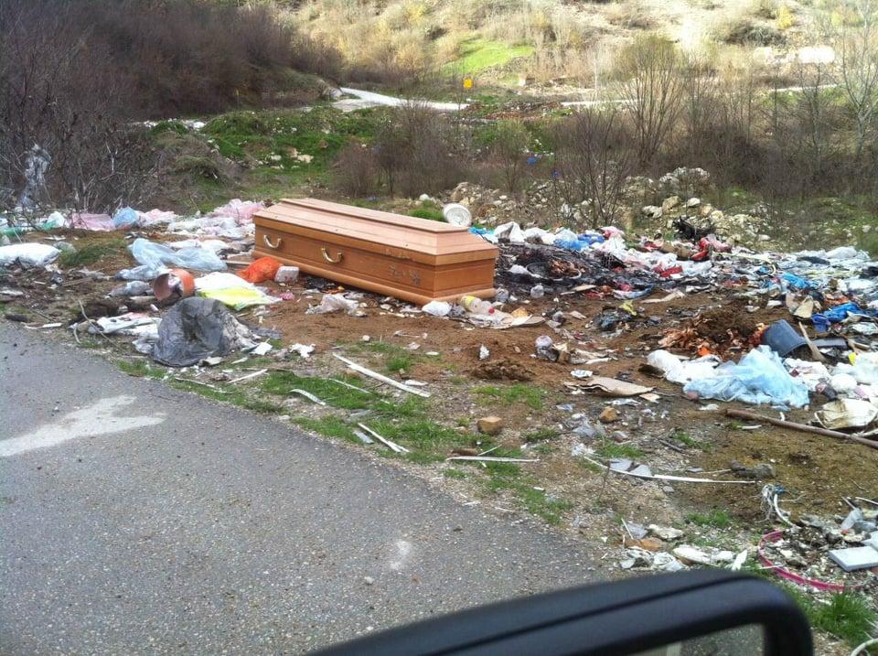 E frikshme: Në periferi të Tërnocit hidhet një arkivol i zbrazët