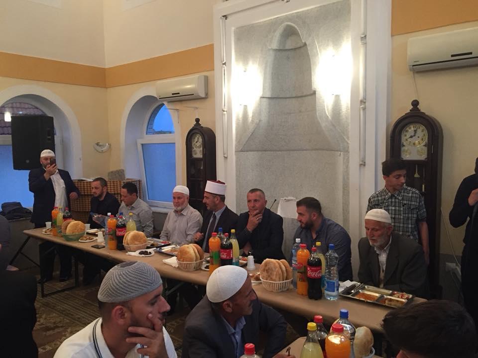 Xhamia e fshatit Osllarë shtron iftar (foto&video)