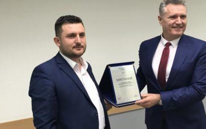Drejtori i Shtëpisë së Kulturës në Bujanoc Jetmir Ismaili i ndau mirënjohje Koordinatorit Nacional Rexhep Hotit