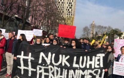 Rasti i Kavajës, qindra njerëz marshojnë në heshtje në Tiranë