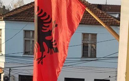 Pranga dhe për flamurin kombëtar shqiptar në gjysmështizë në Luginë